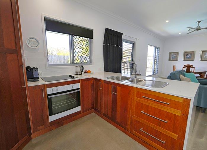 2 bedroom Pool View - Bargara - kitchen